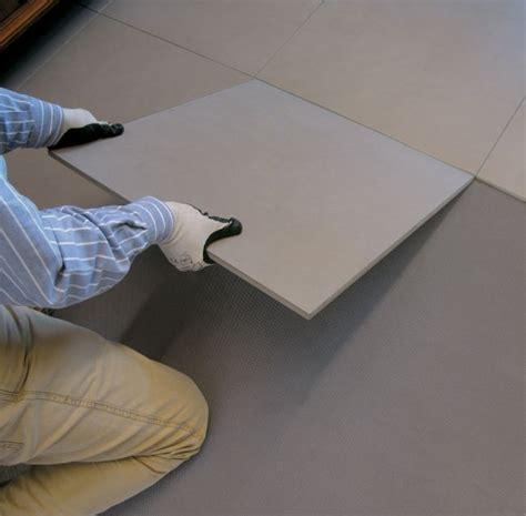 piastrellare pavimento come posare piastrelle su un pavimento in ceramica esistente