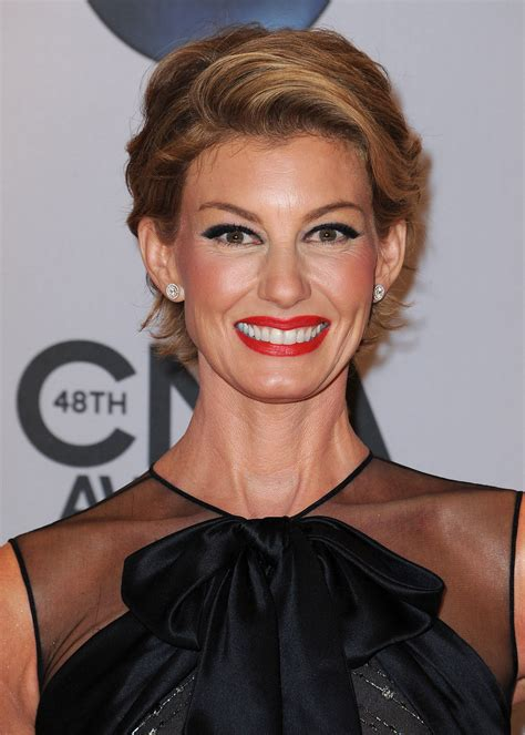 faith hill hair cuts 2014 faith hill debuts a new pixie haircut at the cma awards
