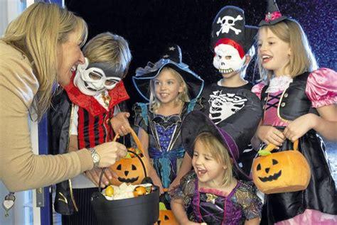 imagenes de halloween niños pidiendo dulces mam 225 posmoderna especial halloween origen de los