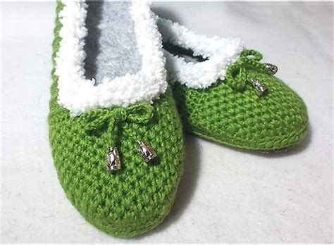 how to crochet house slippers how to crochet cozy house slippers yarnandhooks