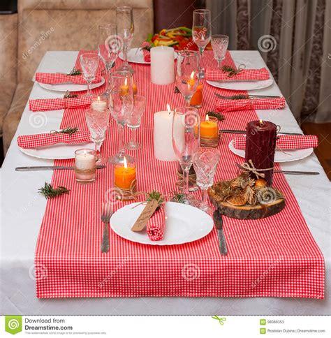 composizione candele composizione festiva con le candele ed i piatti