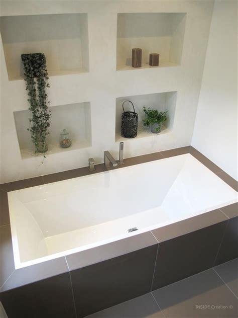 photo de baignoire baignoire encastr 233 e et niches de rangement dans salle de
