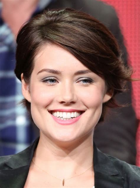 megan boone backward flow haircut megan boone chic short haircut with side swept bangs