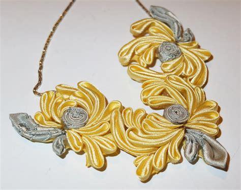 fiori di colore giallo collana kanzashi fatta a mano con fiori di colore giallo