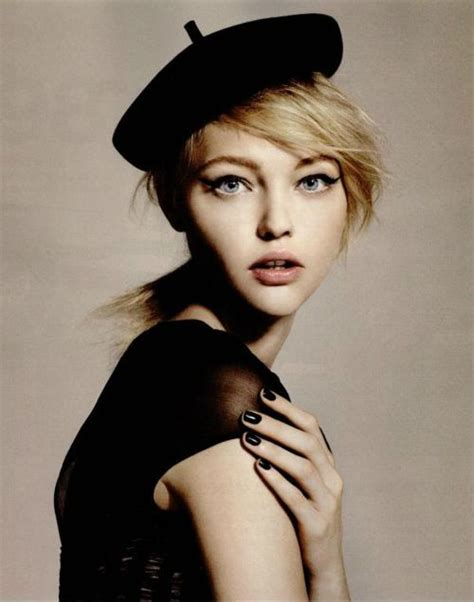 how to wear a beret with bangs beret portrait portraiture fashion blonde side swept bangs