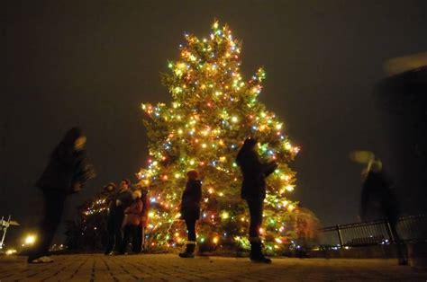 santa joins mayor in lighting batavia christmas tree