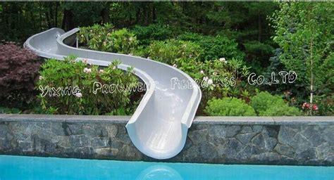 gebogene rutsche nach privatem garten pool foto auf de