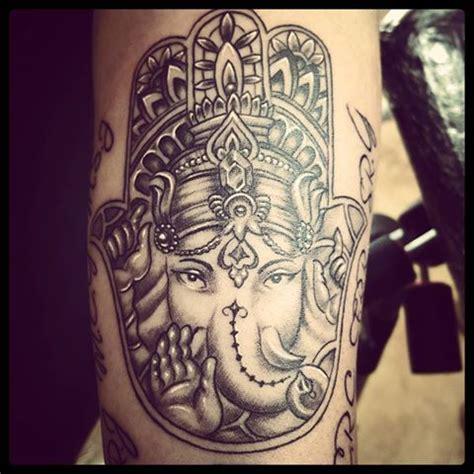 ganesh tattoo in hand mano de fatima con ganesha tattoo tatuaje tat tatuajes