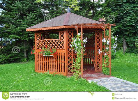 L Use Im Garten 3980 by Gazebo Im Garten Holzhaus Stockbild Bild Garten