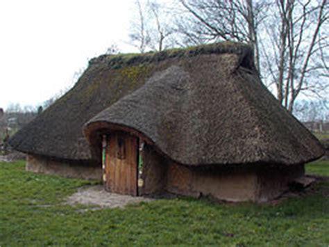hutte celtique maison gauloise vikidia l encyclop 233 die des 8 13 ans