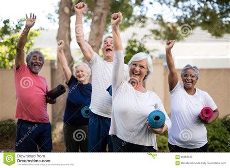 le stuoie anziani multi etnici allegri con le stuoie di esercizio al