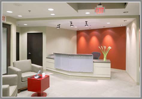 layout ruang perkantoran ruang resepsionis til menarik dengan paduan warna oranye