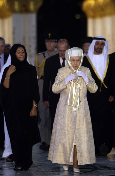 emirates queen queen elizabeth visits uae and tours large mosque the