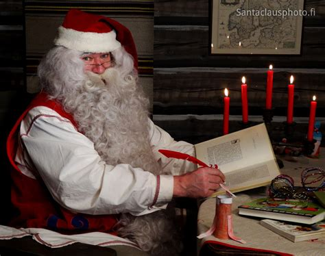 libro papa noel santa claus pap 225 noel leyendo un libro en su casa en rovaniemi christmashousesanta fi