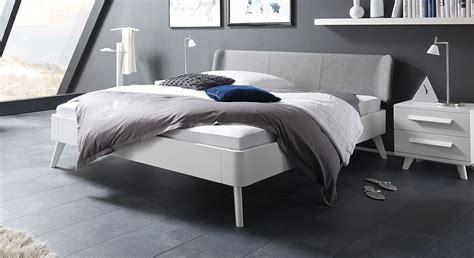 moderne einzelbetten wei 223 es buchenbett mit kopfteil in fischgr 228 t velours pori