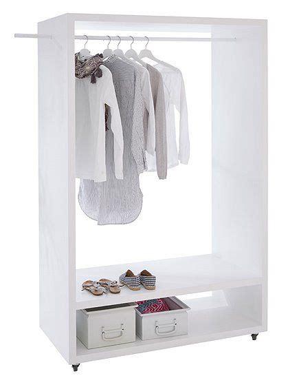 garderobe für schlafzimmer die garderobe auf rollen aus erlenholz ist stets mobil