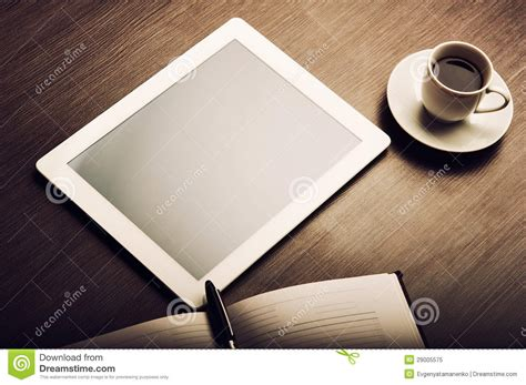 caffè in ufficio tablet pc and a coffee and notebook with pen on the office