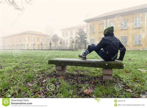 assis sur le banc homme assis sur un banc photo stock image 48187119
