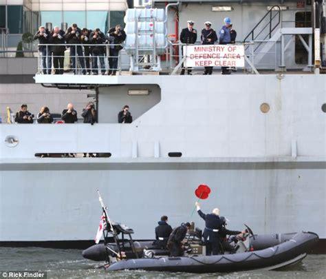 speed boat up the thames boris johnson makes james bond style entrance on speed