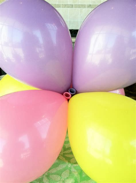 Balloon Topiary - simple and cheap party decorations how to make a mini balloon topiary