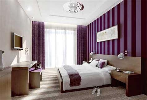 Bedroom Decorating Ideas Brown And Purple Idee De Amenajare A Unui Dormitor Mov Cu Alb