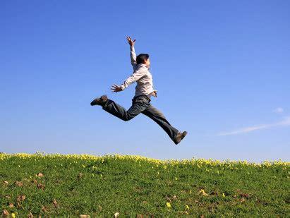 persona saltando esfotos