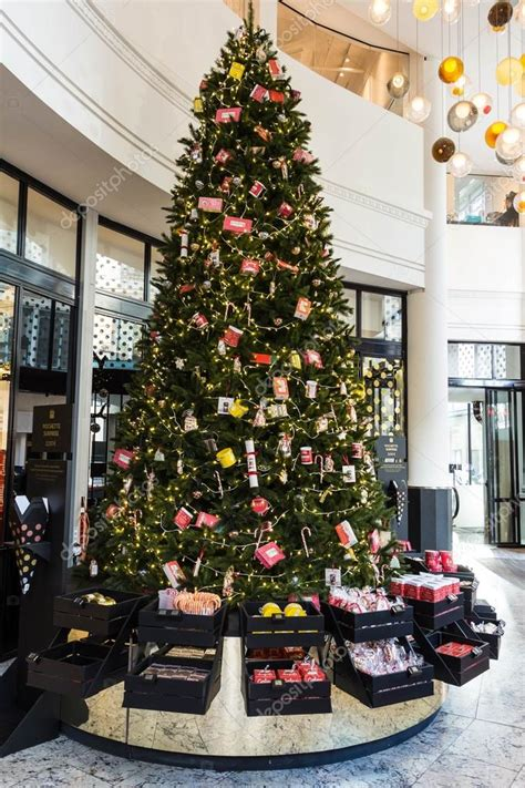 kerstboom in warenhuis le bon marche paris frankrijk