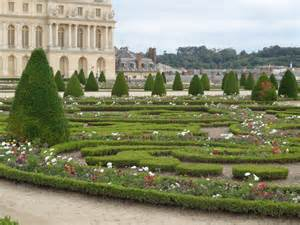 Formal French Gardens - how designers are using topiary knots and parterres jardin