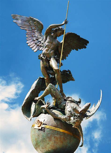 san michele guardando la nuova statua di san michele arcangelo nei