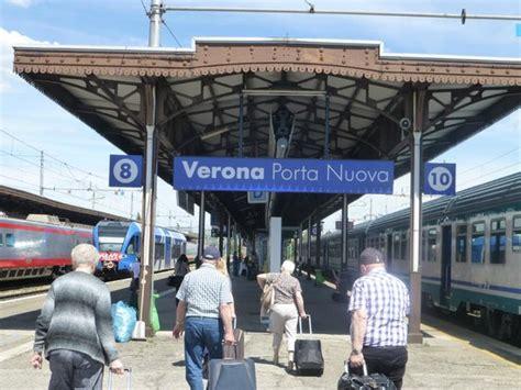 stazione porta nuova verona arriving at porta nuova station foto di stazione