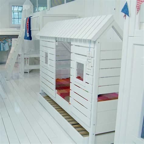 schrank in schräge wohnzimmer wandfarbe braun