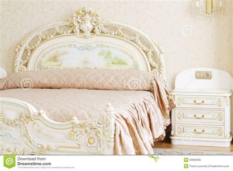 Rococo Chandelier Quarto Luxuoso Com A Tabela Branca Da Cama De Casal E De