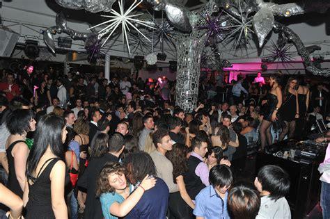 discoteca lola porto recanati respinti dalla discoteca sfondano la porta con l auto