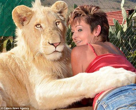 met  pet cat remarkable bond   woman