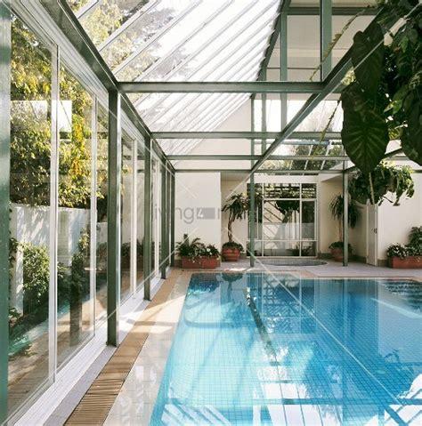 wintergarten mit pool ein verglaster wintergarten mit einem swimming pool und