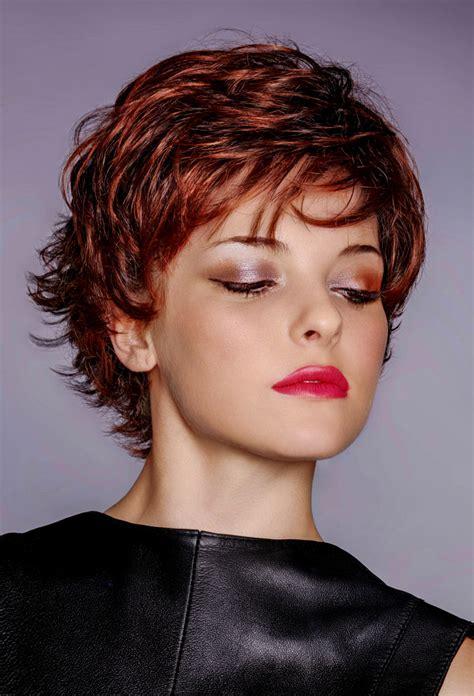pfiffige kurzhaarfrisur mit roten haaren und straehnen