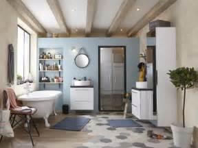 mix de parquet et carrelage dans une grande salle de bains