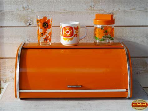 objet vintage boite  pain metallique orange