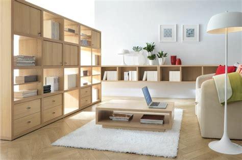 wohnzimmer bibliothek inspirierende holztische lassen die wohnung naturnah aussehen