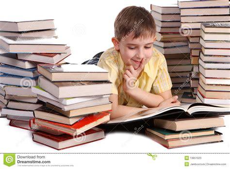 libro lots libros de lectura jovenes del muchacho de escuela fotos de archivo imagen 13651023