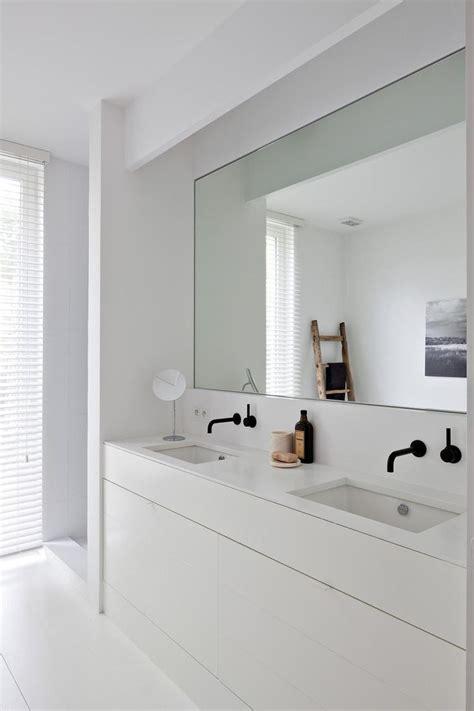 Lavabo Sur Plan De Travail by Lavabos Et Plan De Travail Vastes Et Blancs Grand Miroir