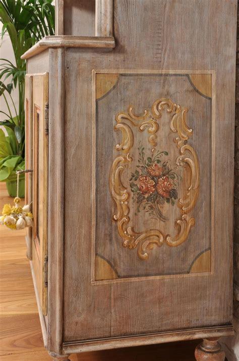 credenza tirolese vetrina credenza sagomata e decorata a mano in stile