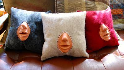cuscini strani un cuscino per allenarsi a baciare le news pi 249 strane