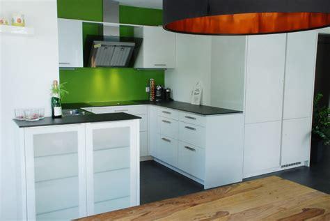 küche weiß günstig farbkombi wohnzimmer t 252 rkis braun grau