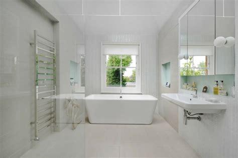 agréable Salle De Bain Retro Chic #5: idée-salle-de-bains-moderne-blanche-baignoire-ilot.jpg