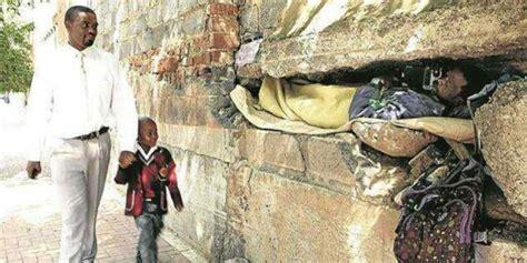 Selimut Cowok Pria Ini Jadikan Lubang Tembok Sebagai Rumahnya Co Id