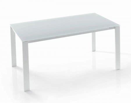 sotto il tavolo fica sotto il tavolo