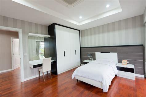 imagenes de dormitorios minimalistas dormitorio con suelo de parquet y muebles blancos y negros