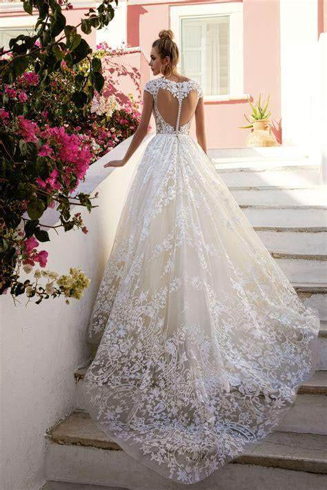hochzeitskleid lange schleppe romantisches brautkleid mit langer schleppe spitzen