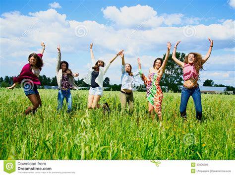 imagenes de jovenes libres mujeres jovenes que saltan con alegr 237 a im 225 genes de archivo